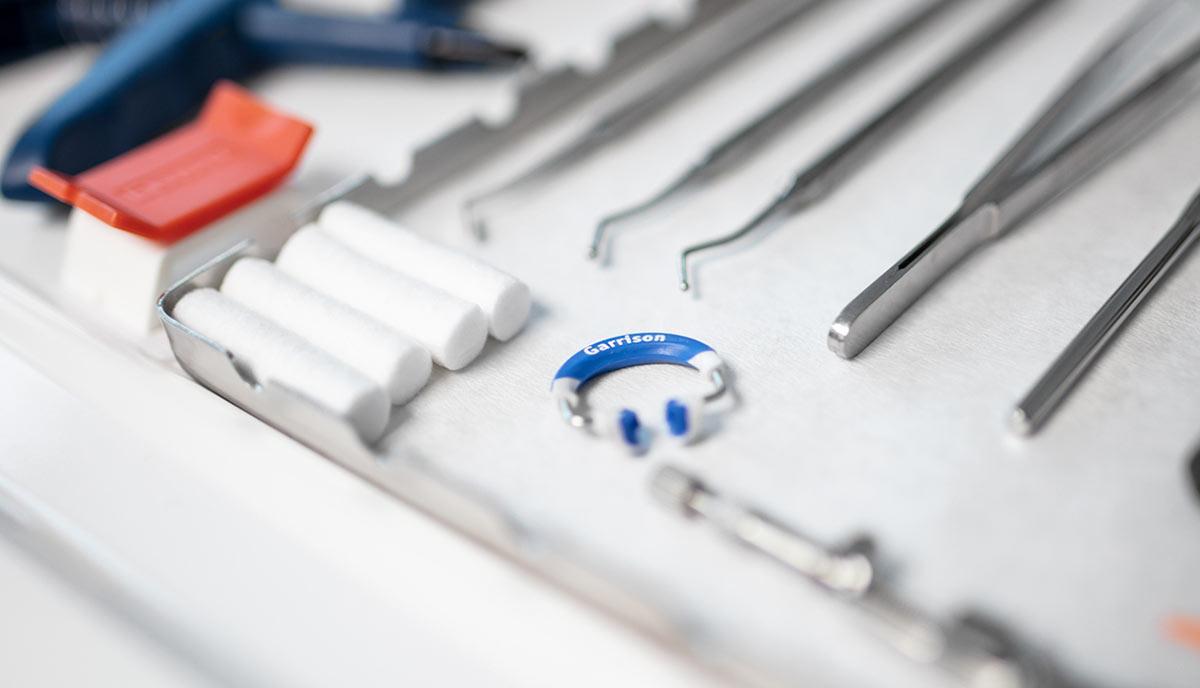 Behandlungszimmer der Zahnarztpraxis Offermanns, in dem Patienten mit der Allgemeinen Zahnheilkunde behandelt werden.