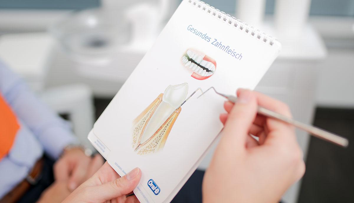 Heft mit dem Bild von gesundem Zahnfleisch zur Aufklärung für Patienten in Herzogenrath.
