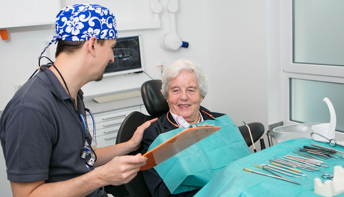 Dr. Benno Offermanns erklärt Patienten den Ablauf einer Behandlung mit Zahnimplantaten.