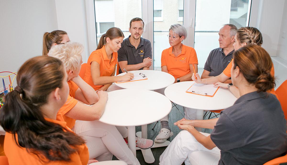 Das Team der Zahnarztpraxis Offermanns in Herzogenrath trifft sich zum täglichen Meeting.