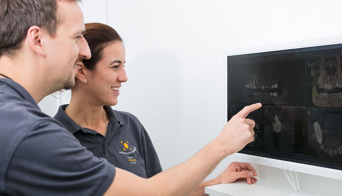 Dr. Benno Offermanns und Milena Hopp schauen sich ein Röntgenbild eines Überweisers aus Herzogenrath an.